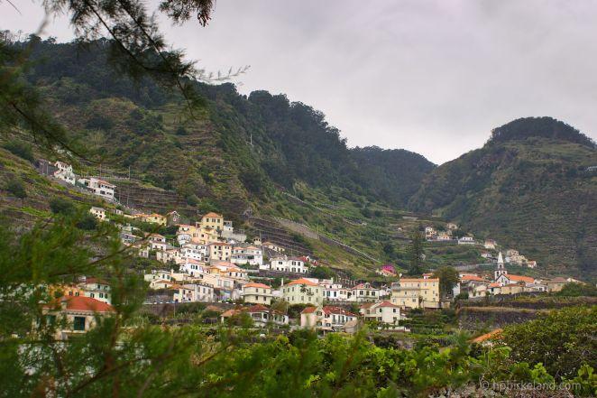 Porto Moniz klamrer seg fast i fjellsiden.