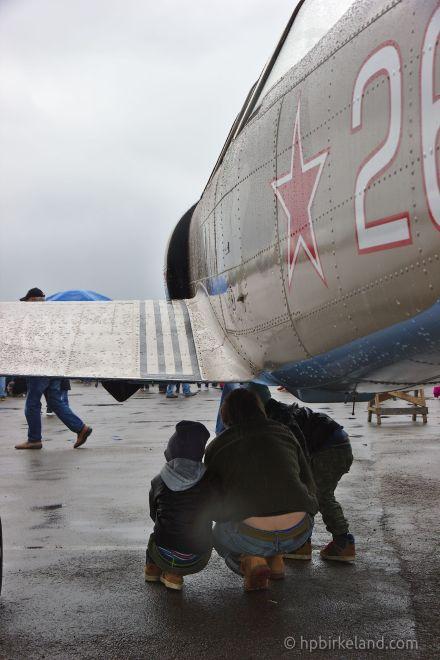 Greit å kunne søke ly under et fly når det kommer en regnskur.
