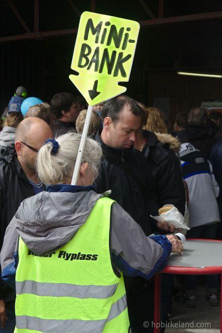 Enkel minibank:  Bærbar kortterminal og en veske full av penger.