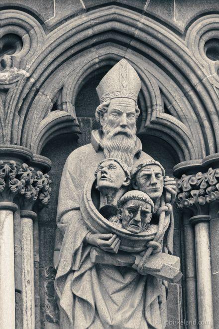 En av de mange figurene på fasaden av Nidarosdomen. 1/500 s, f/8, ISO 1250
