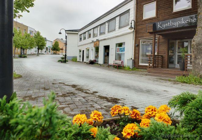 Ikke mye liv i Rørvik en tirsdagskveld i juli. HDR.