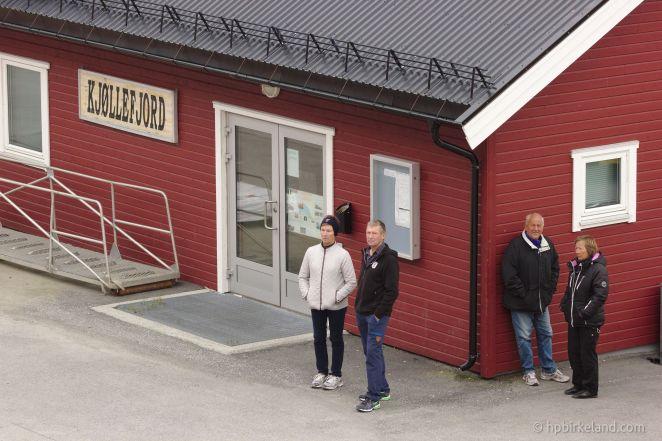 På kaia i Kjøllefjord har lokalbefolkningen møtt opp.