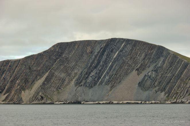 Ved Kjøllefjord kan man studere litt geologi.